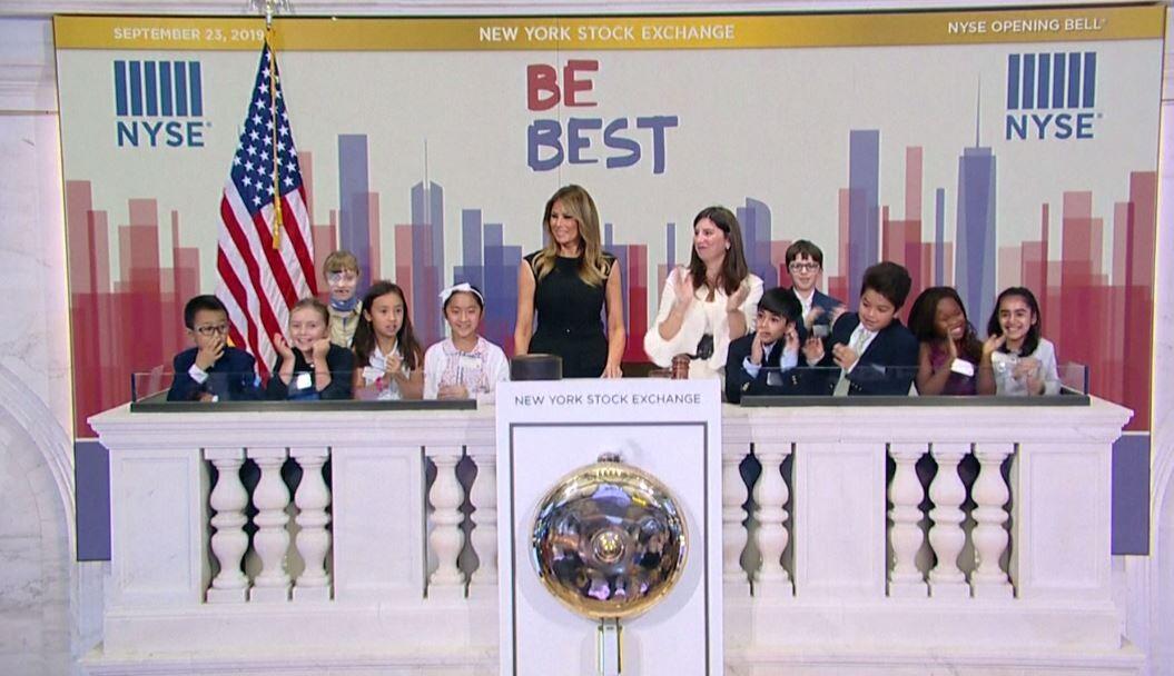 شاهد.. ميلانيا ترامب تقرع الجرس في بورصة نيويورك بمشاركة الأطفال