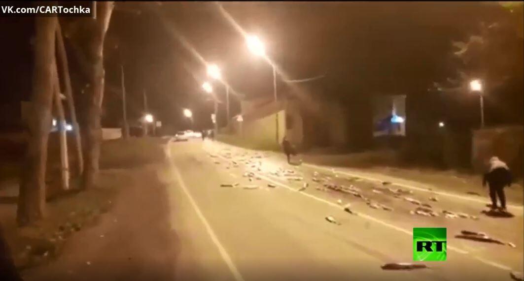 شاهد.. الأسماك تغطي شارعا عاما في روسيا