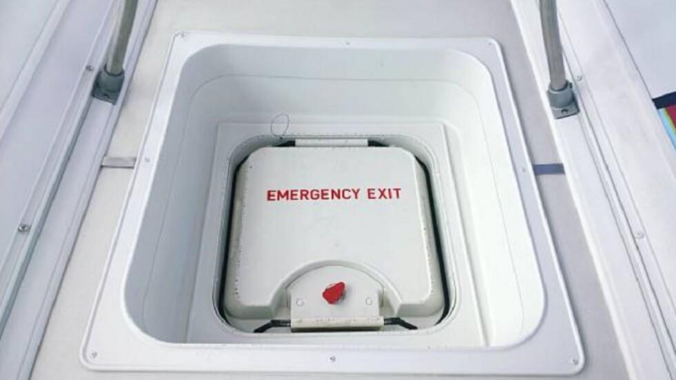 مسافرة تفتح مخرج الطوارئ بالطائرة لاستنشاق