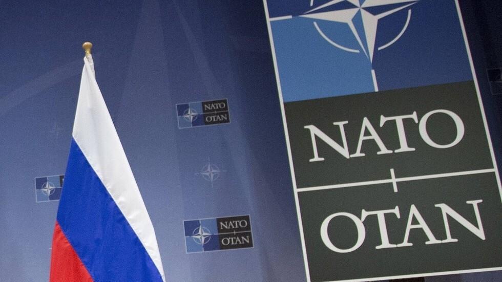 العلم الروسي في مقر حلف الناتو