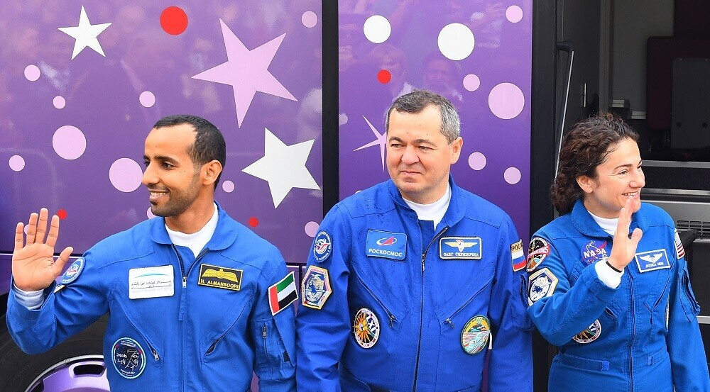 من اليسار إلى اليمين: رائد الفضاء الإماراتي، هزاع المنصوري، رائد الفضاء الروسي، أوليغ سكريبوتشكو، ورائدة الفضاء، جيسيكا مائير