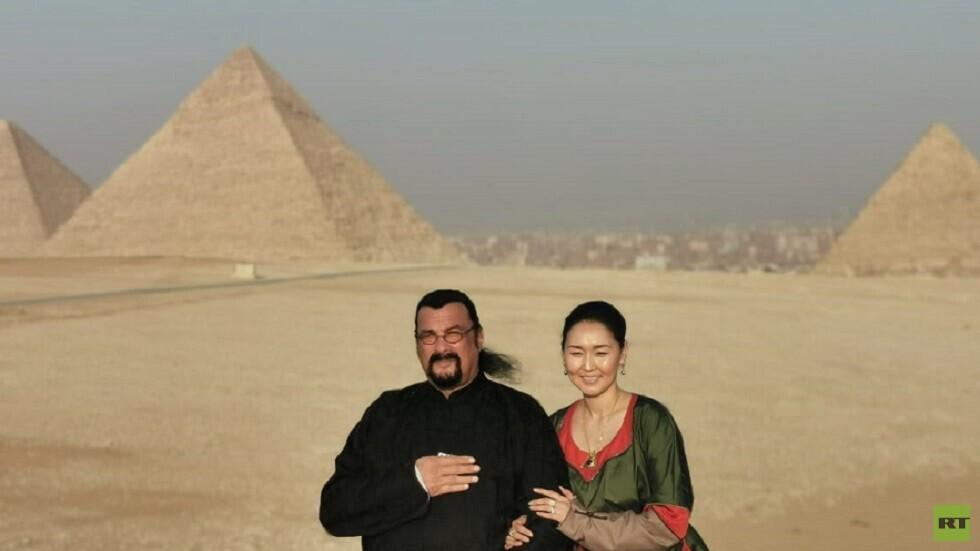 الممثل العالمي ستيفن سيغال وزوجته في مصر