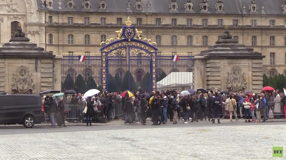 آلاف الفرنسيين يلقون نظرة الوداع على رئيسهم الراحل شيراك