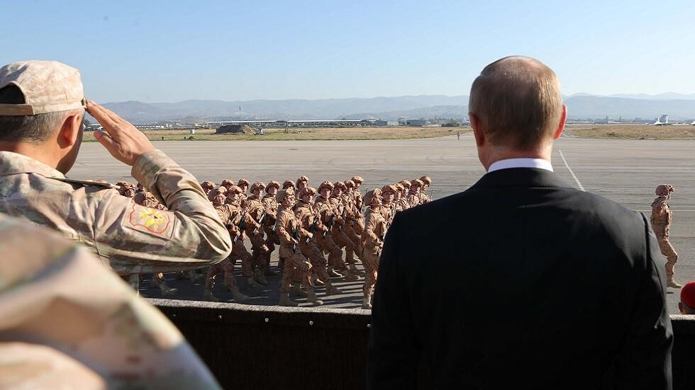 الرئيس الروسي يتابع عرضا عسكريا في قاعدة حميميم الجوية الروسية في سوريا في 11 ديسمبرعام 2017