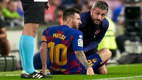 الإصابة تجبر ميسي على مغادرة مباراة برشلونة وفياريال