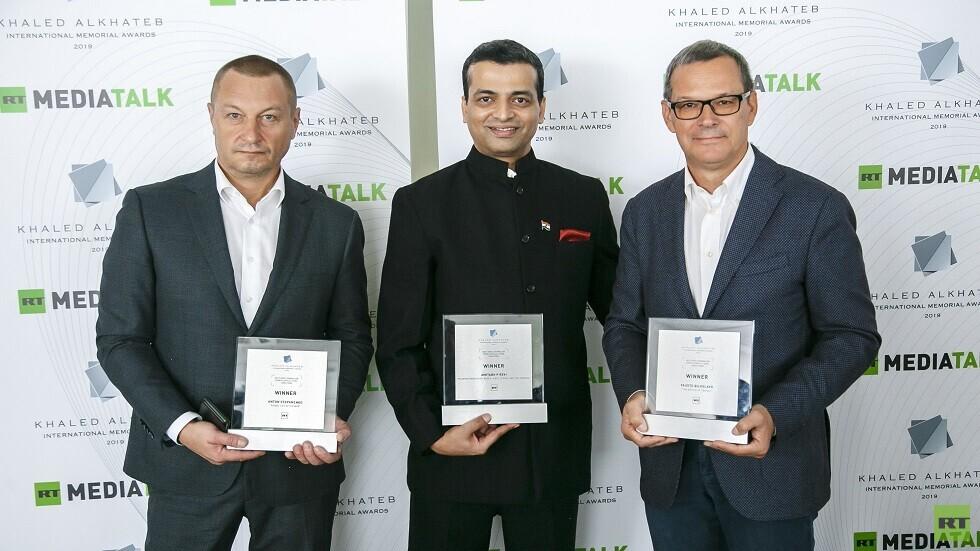 الفائزون بجائزة خالد الخطيب الدولية من اليمين إلى اليسار فلاوستو بيلوسلافو (إيطاليا)، أميتاب ريفي (الهند)، أنطون ستيبانينكو (روسيا)