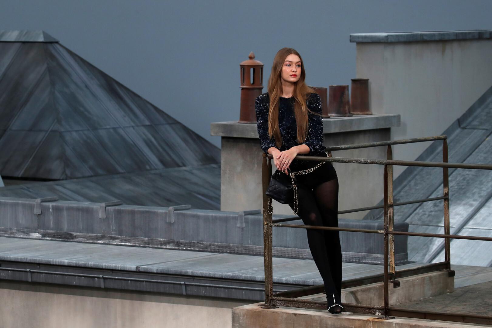 عارضة الأزياء الأمريكية الفلسطينية جيجي حديد خلال عرض أزياء دار