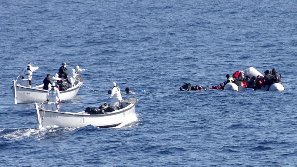 عملية تنفذها البحرية الإيطالية لإنقاذ مهاجرين في مياه البحر الأبيض المتوسط