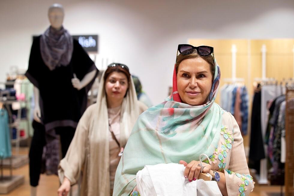 نساء إيرانيات يتسوقن في طهران -أرشيف-