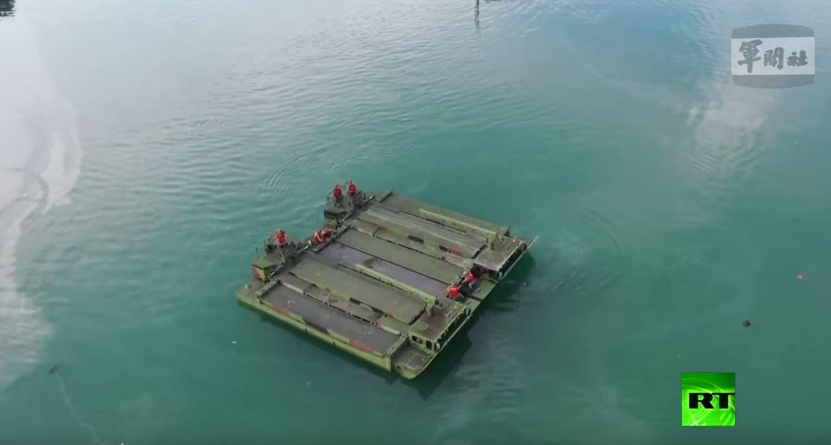 الجيش التايواني يستخدم طوافات بحثا عن ناجبن بعد انهيار جسر