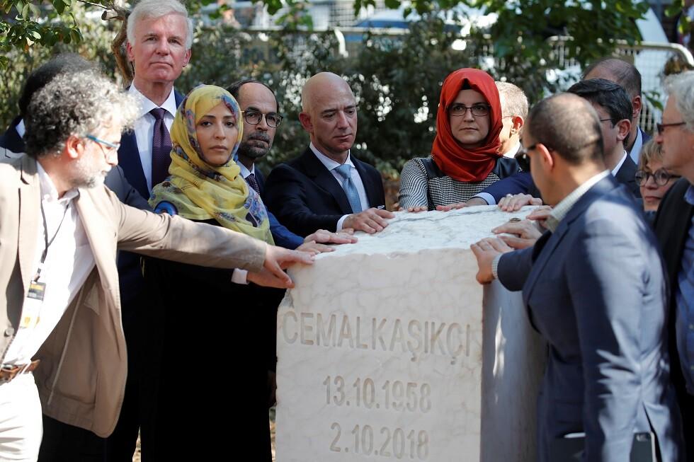 وضع نصب تذكاري لخاشقجي أمام القنصلية السعودية باسطنبول بحضور الملياردير بيزوس (صور)