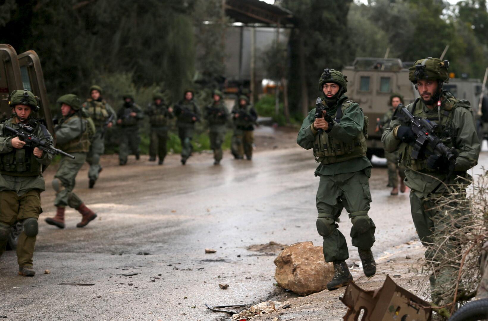 إسرائيل تعتقل 13 فلسطينيا في الضفة بتهمة