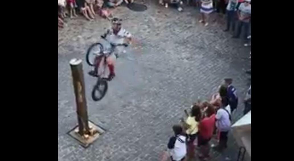 قفزة رهيبة وموفقة بدراجة هوائية
