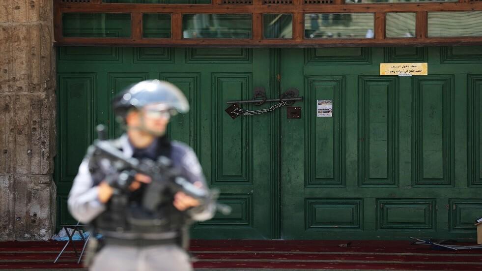 جندي إسرائيلي أمام إحدى بوابات المسجد الأقصى - أرشيف