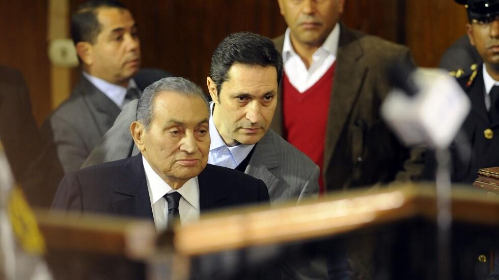 الرئيس المصري الأسبق، محمد حسني مبارك، ونجله علاء (صورة أرشيفية)