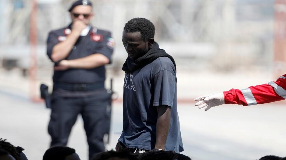 الغارديان: زعيم عصابة تهريب بشر في ليبيا يحضر اجتماعا دوليا في إيطاليا بشأن الهجرة