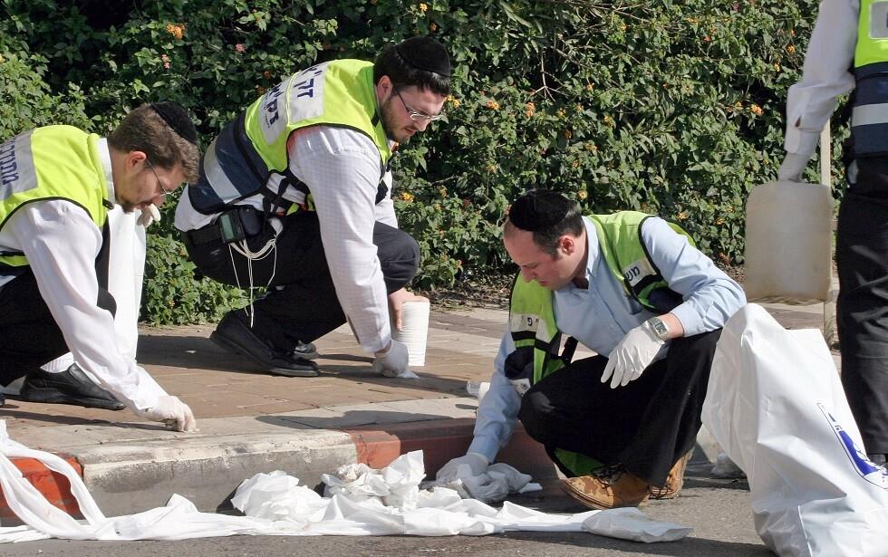 مسعفون إسرائيليون في موقع طعن