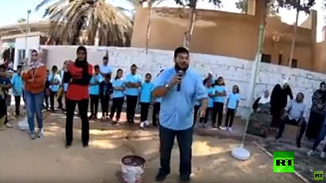 مدرس ببرج العرب بمحافظة الإسكندرية يشرح لطلابه محاكاة لحرب أكتوبر