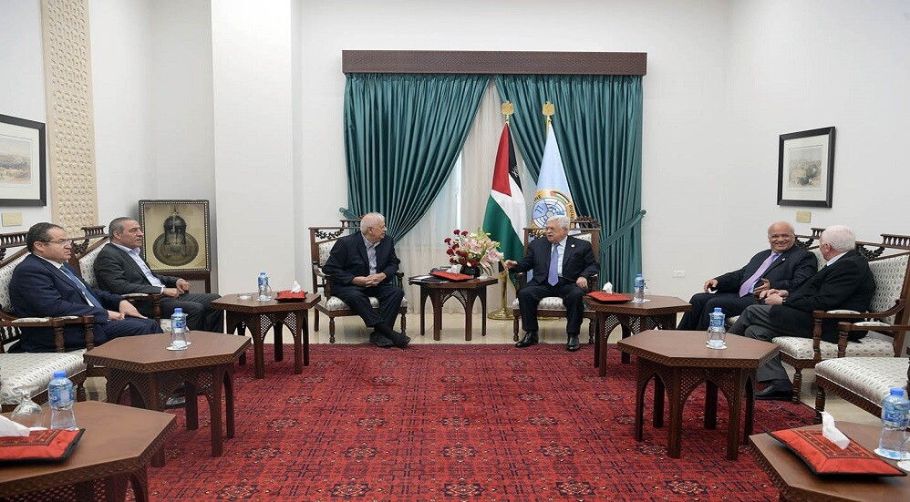 الرئيس الفلسطيني يستقبل رئيس لجنة الانتخابات