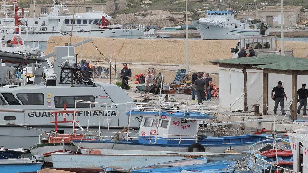 عمال ينقلون جثث لاجئين في جزيرة لامبيدوزا الإيطالية - أرشيف