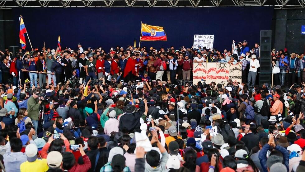 المحتجون في الإكوادور يحتجزون أفراد شرطة كرهائن