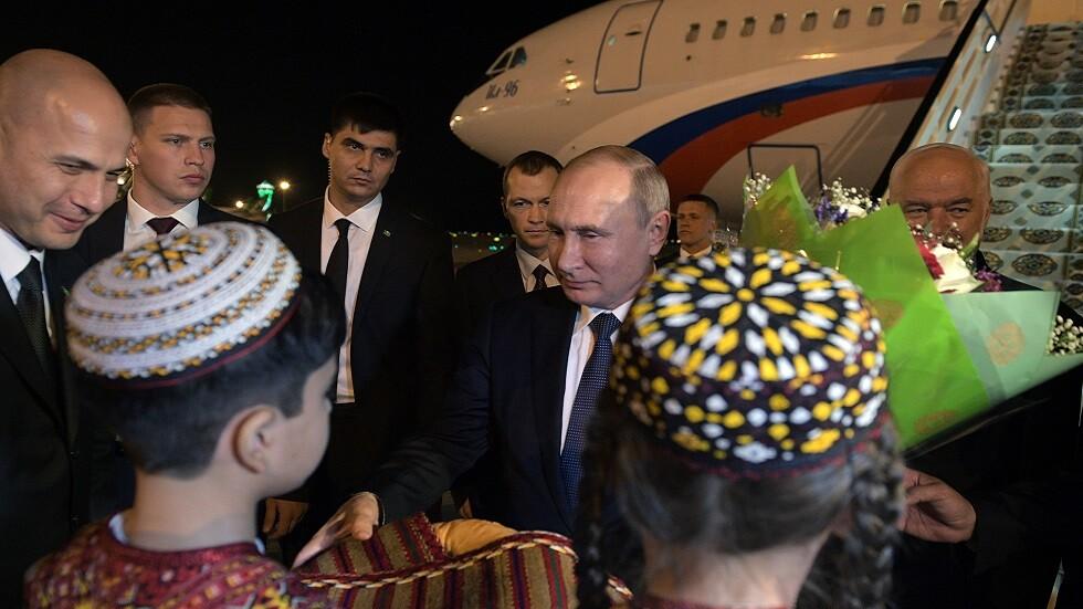 الرئيس الروسي فلالديمير بوتين يصل إلى مطار عشق آباد