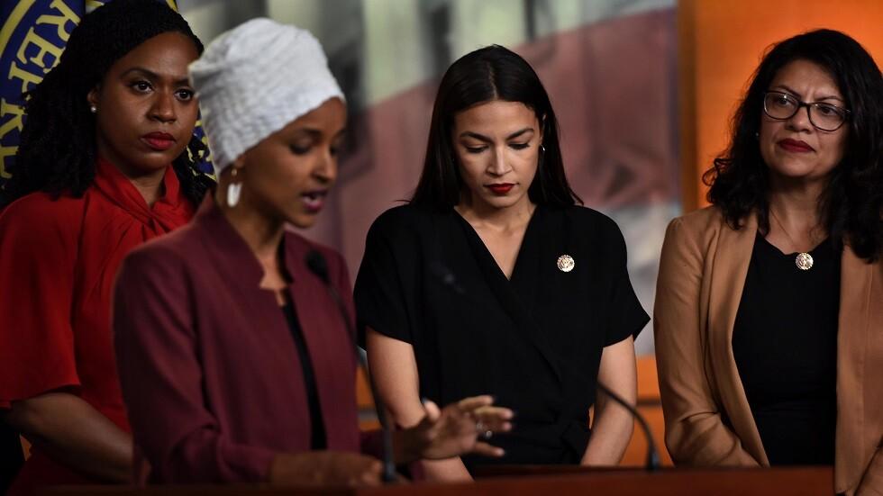 أعضاء الكونغرس: إلهان عمر (متحدثة)، في الخلف يسارا آيانا بريسلي، في الوسط أليكساندريا أوكاسيو-كورتيز، إلى اليمين رشيدة طليب