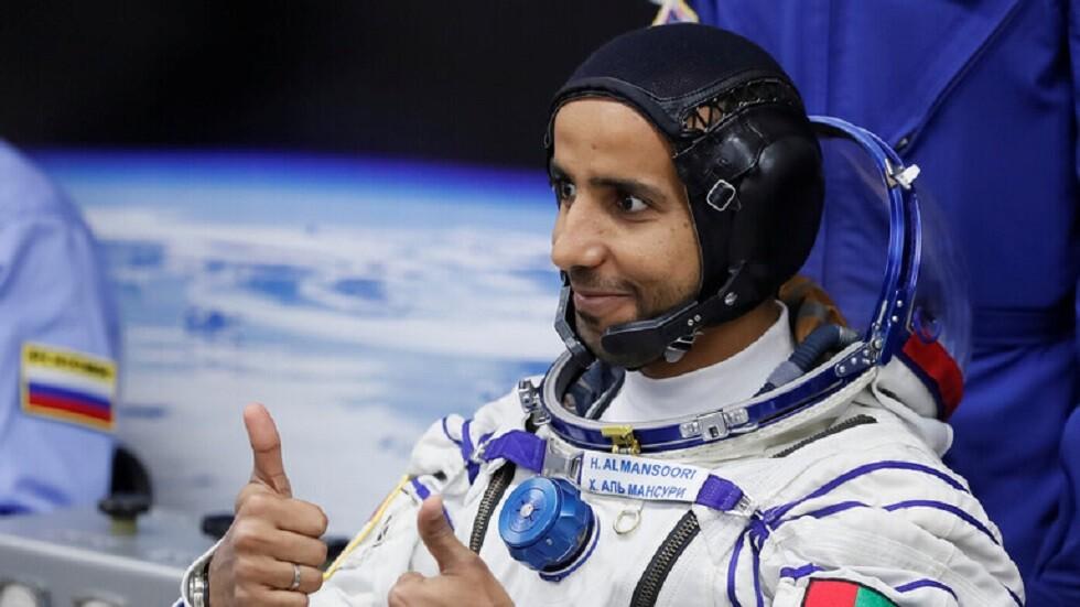 رائد الفضاء الإماراتي المنصوري يقبل قدم والدته – فيديو