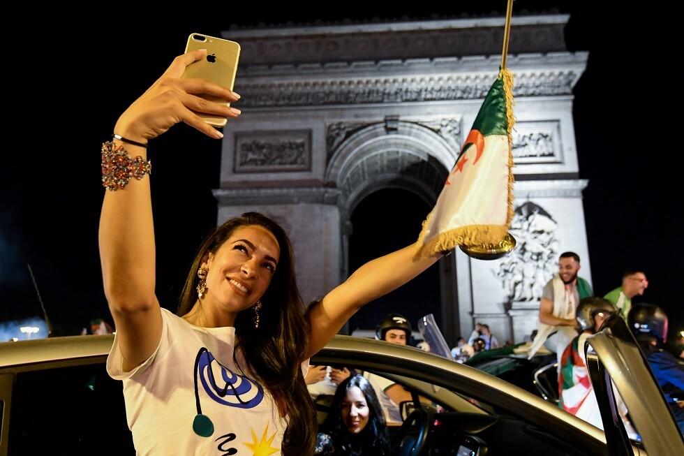 العلم الجزائري في فرنسا