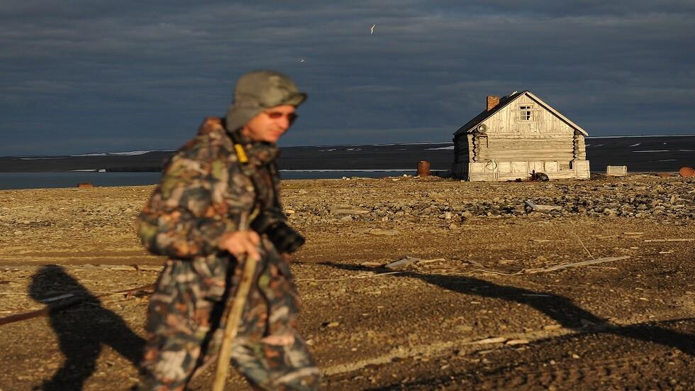 الجنود الروس يشاركون في إزالة النفايات من القطب الشمالي