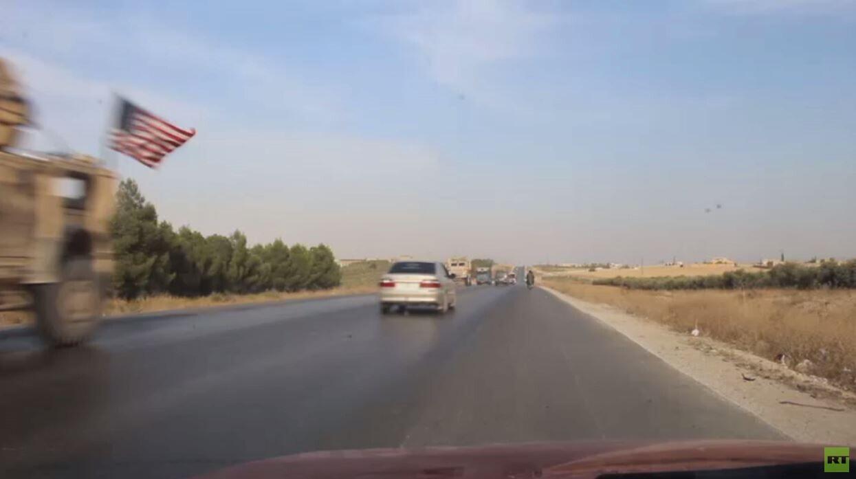 رتل للجيش السوري يتقابل مع قوات أمريكية منسحبة على طريق سريع!