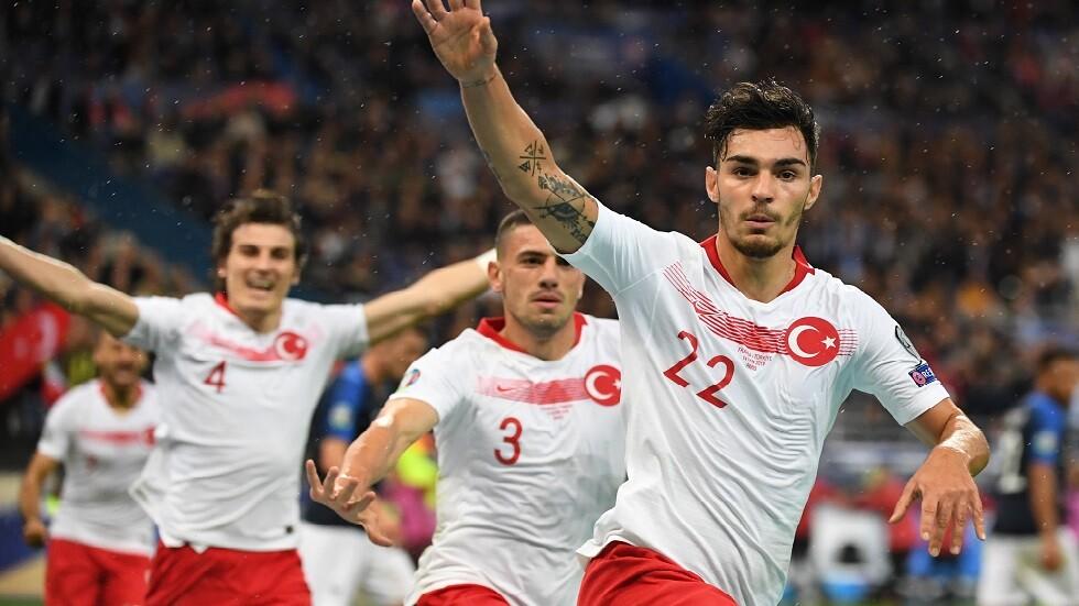 لاعبو تركيا يتحدون العقوبات المحتملة ويؤدون تحية عسكرية بمباراة فرنسا (فيديو)