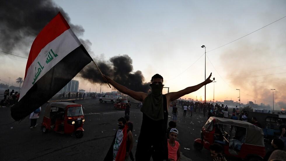 مواطن عراقي يرفع العلم اثناء الاحتجاجات - أرشيف