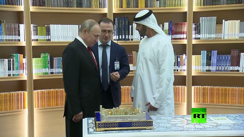 بوتين ومحمد بن زايد آل نهيان يتبادلان الهدايا