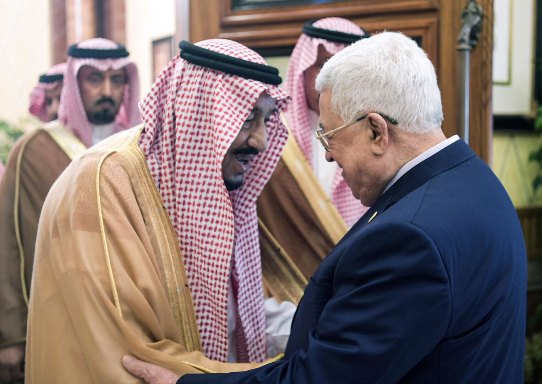 العاهل السعودي الملك سلمان بن عبد العزيز والرئيس الفلسطيني محمود عباس