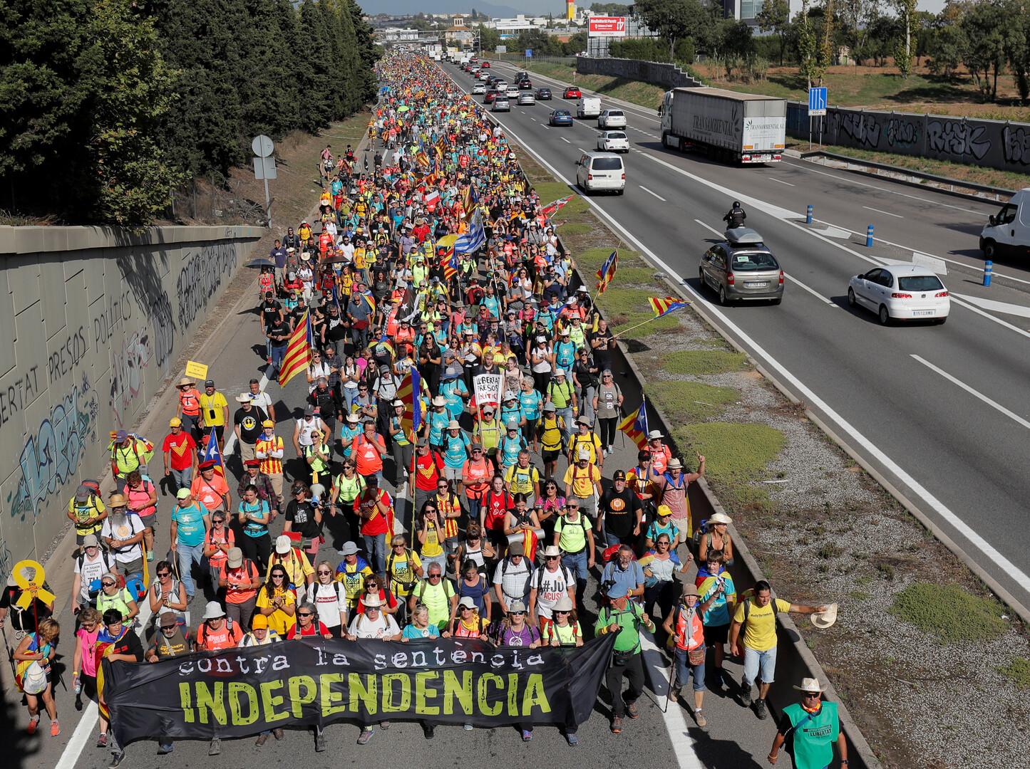على خلفية احتجاجات غاضبة.. زعيم كتالونيا يدعو لاستفتاء انفصال جديد