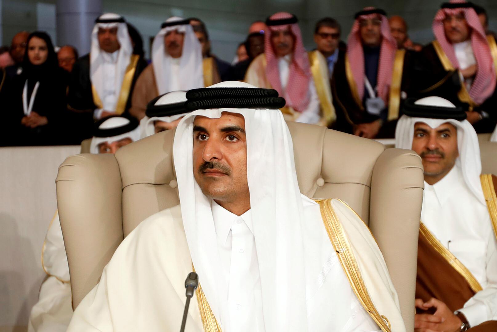 بالفيديو.. رد فعل مثير لأمير قطر لدى رؤيته والده في مباراة رياضية