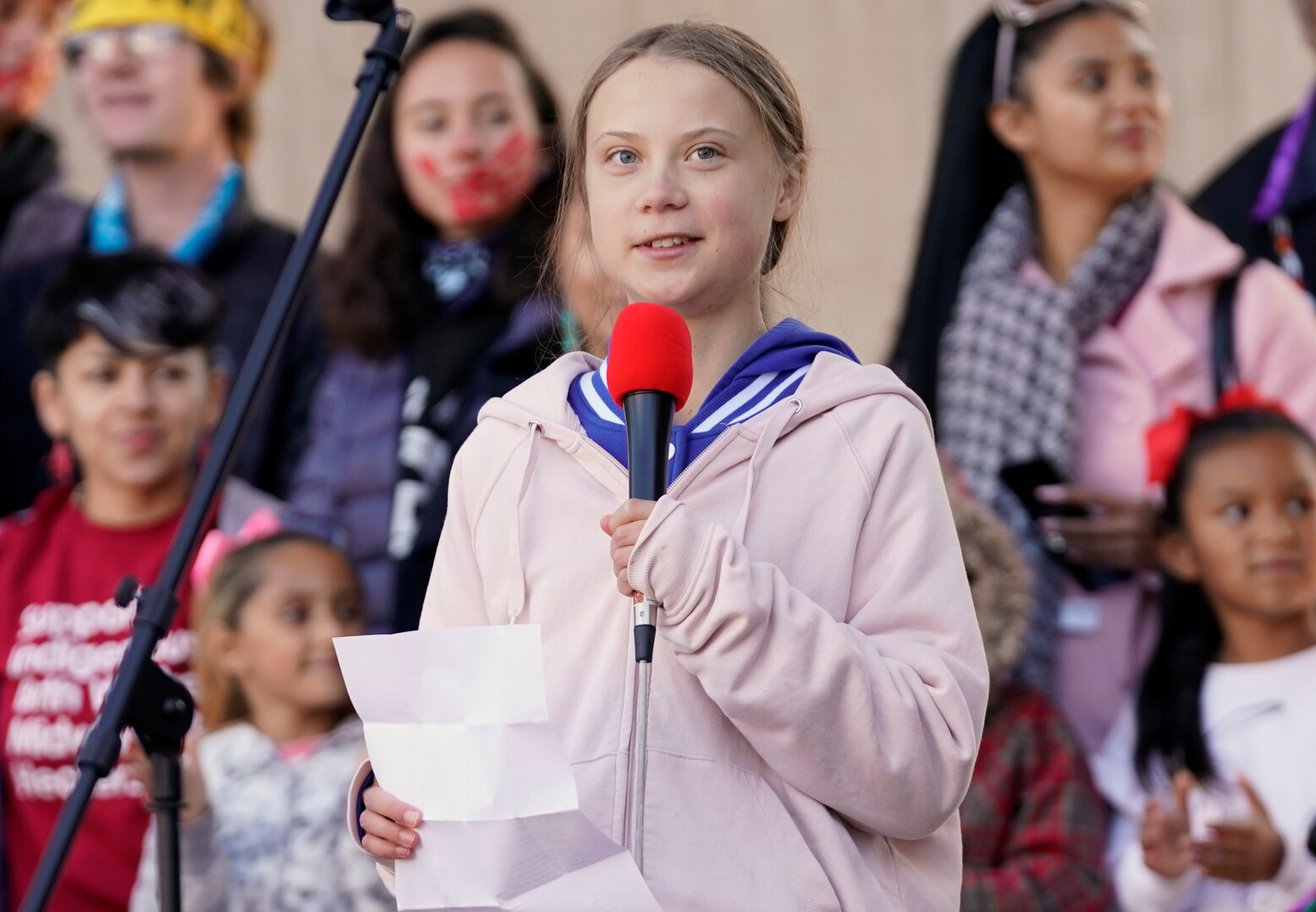 الناشطة السويدية غريتا تثير حفيظة عمال منشأة نفط كندية