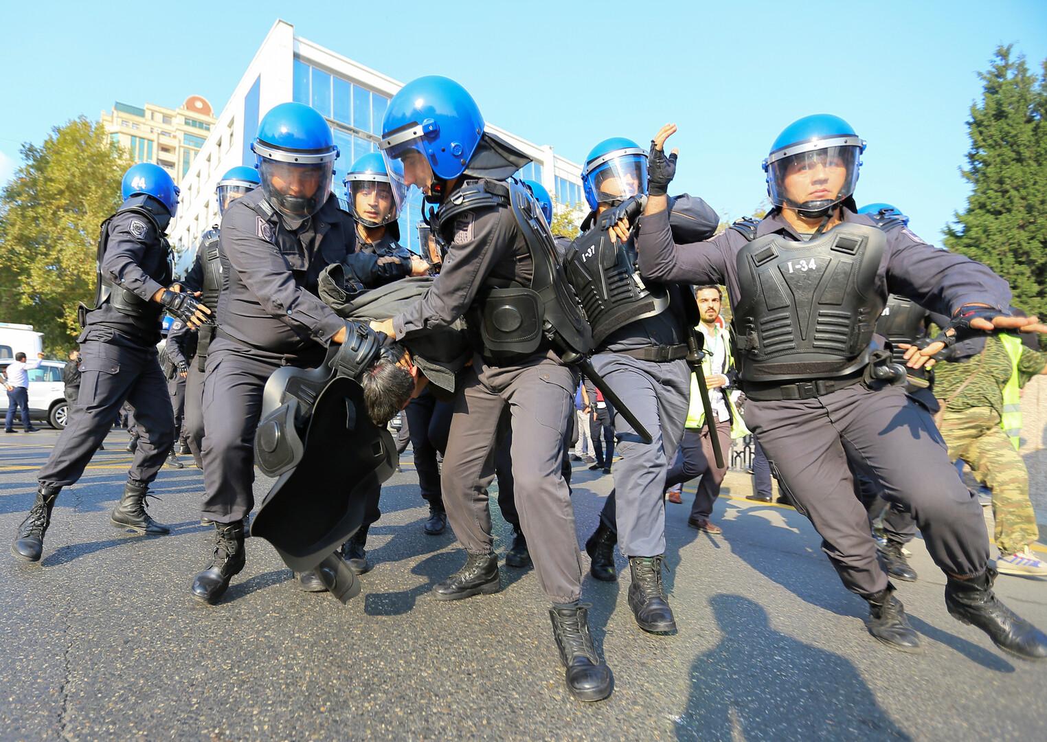 عناصر من الشرطة الأذربيجانية يحتجزون مشاركا في مظاهرة احتجاجية وسط باكو (19 أكتوبر 2019)