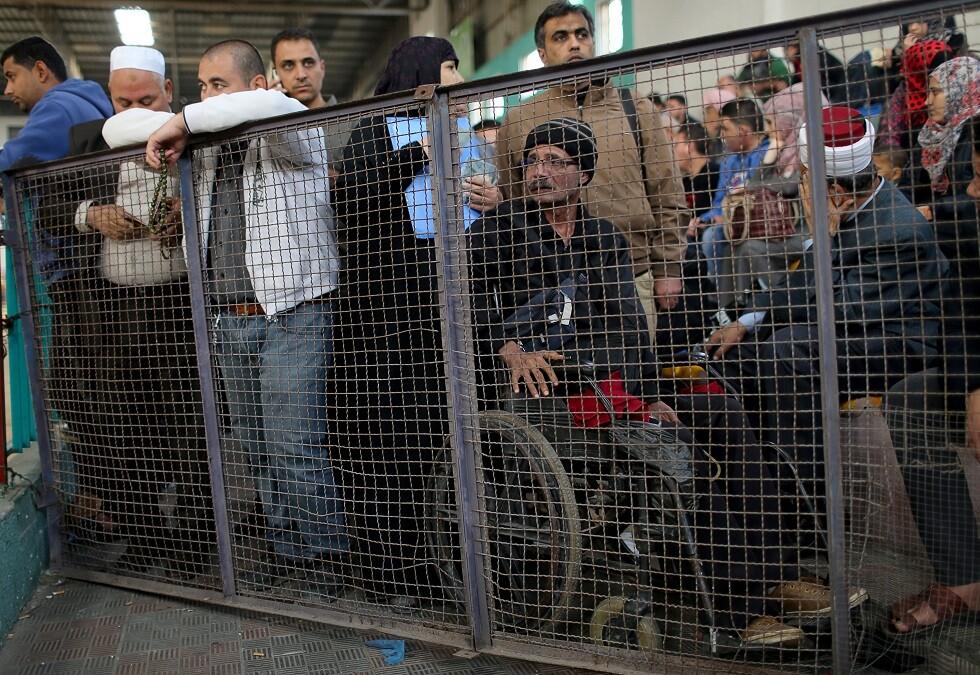 فلسطينيون أمام معبر رفح