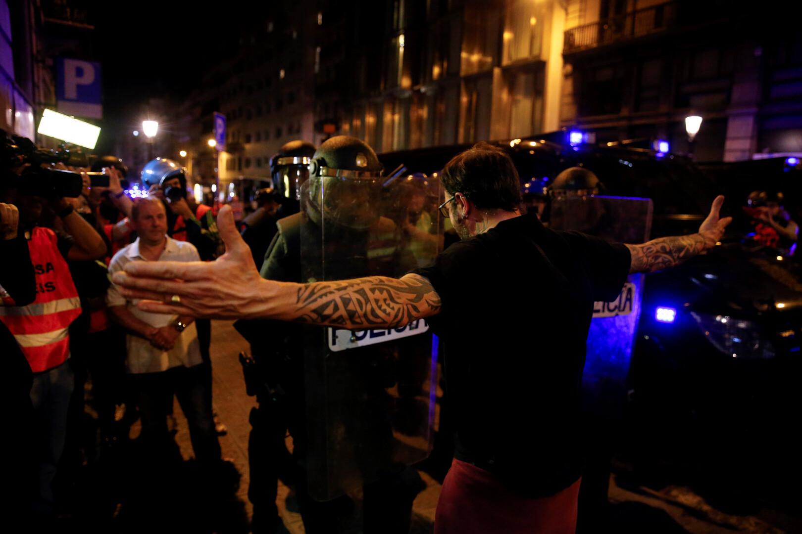 الشرطة الإسبانية تستعد لتفريق المتظاهرين في برشلونة