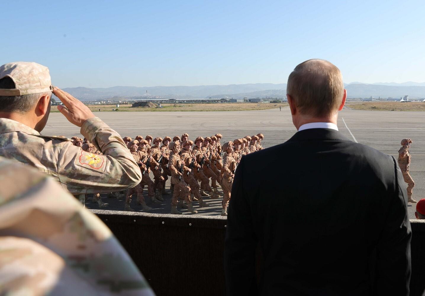 الرئيس الروسي يخضر عرضا عسكريا لدى زيارته لقاعدة حميميم الجوية الروسية في سوريا في ديسمبر 2017