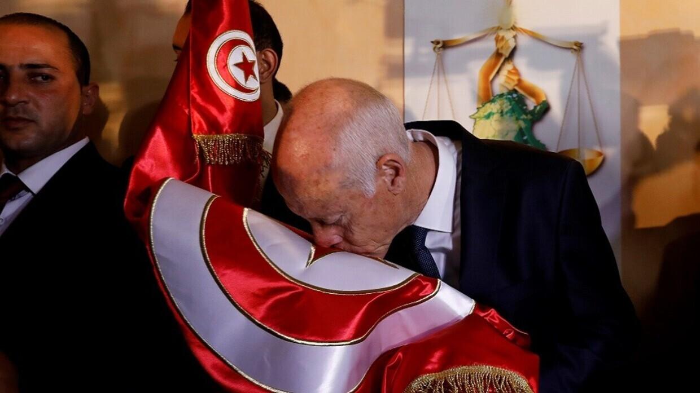 تداول صورة لافتة للرئيس التونسي الجديد وهو يقود سيارة قديمة بنفسه -
