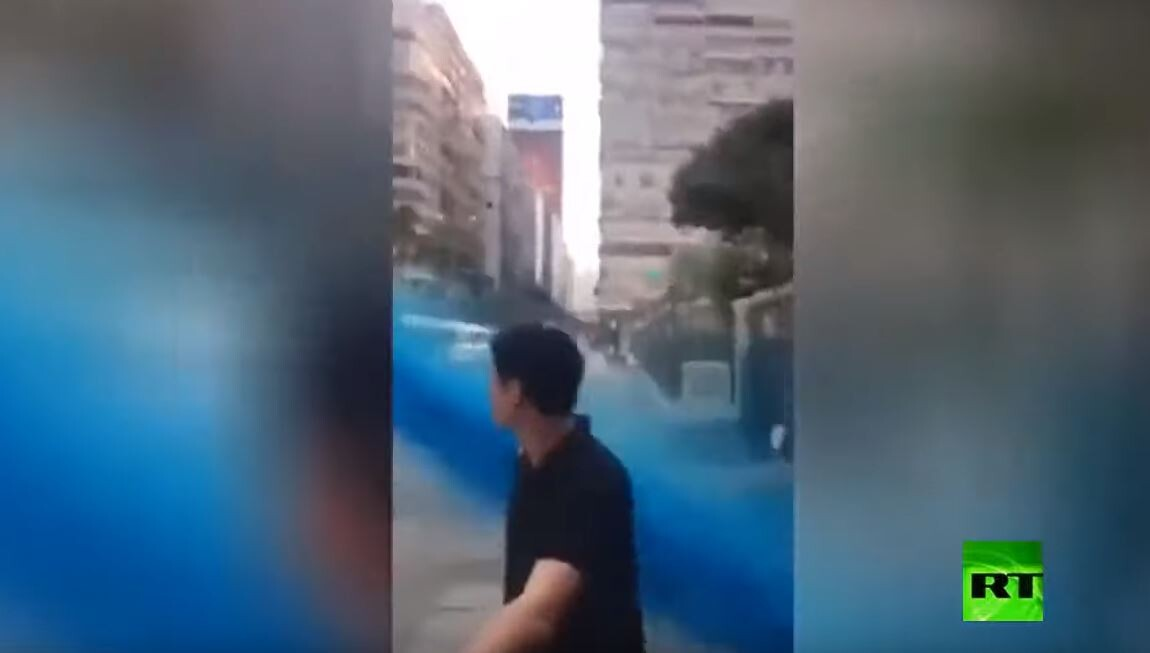 لحظة تعرض مسجد في هونغ كونغ للرش بسائل ملون