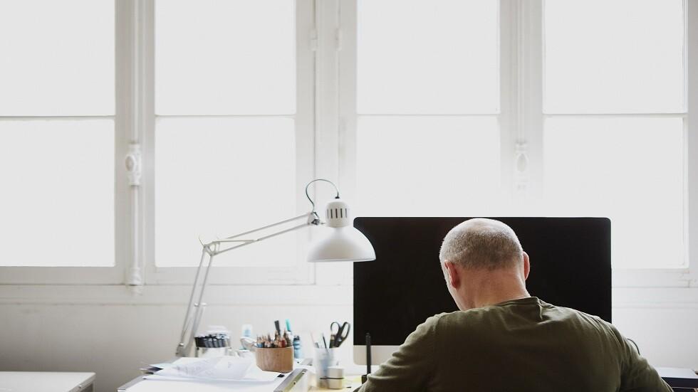 ساعات العمل الطويلة تزيد من إصابة الرجال بالصلع