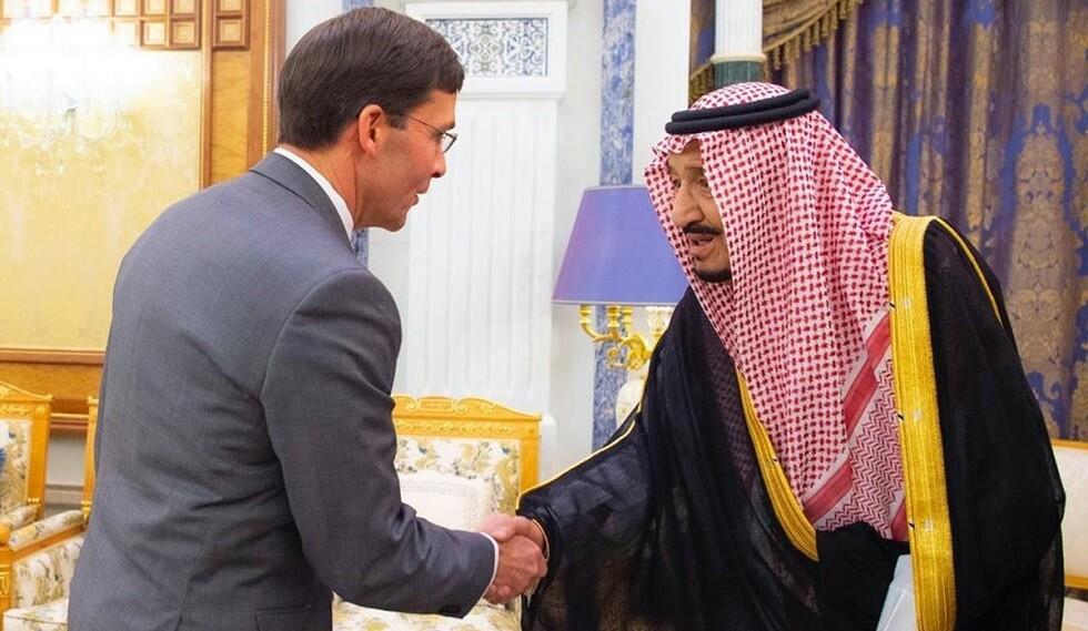 العاهل السعودي يستقبل وزير الدفاع الأمريكي مارك إسبر في الرياض (صور)