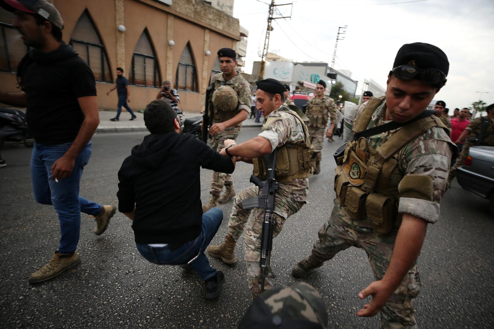 احتكاكات مع المحتجين خلال محاولة الجيش اللبناني فتح الطرقات