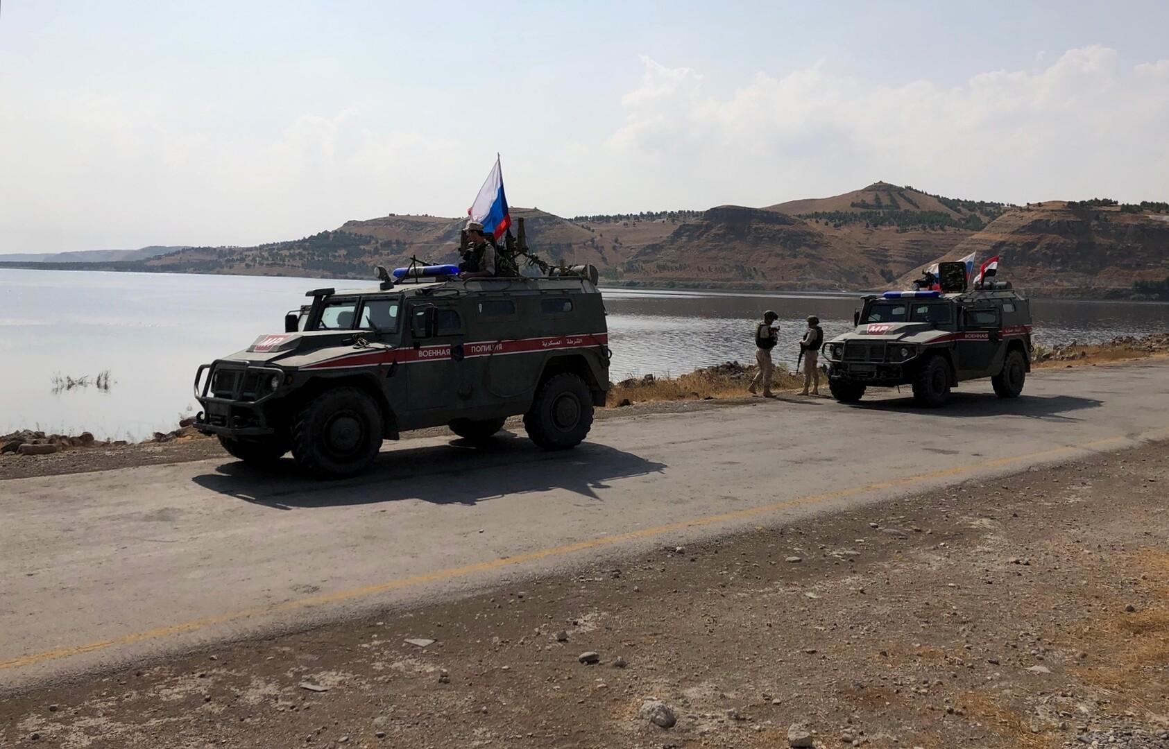 عناصر من الشرطة العسكرية الروسية على شاطئ نهر الفرات في محافظة حلب السورية