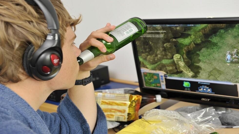 الالكترونيات تحفز المراهقين على استهلاك السكر والكافيين