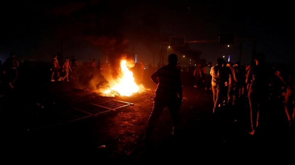 متظاهرون يشعلون النار في المقرات الحكومية بالعراق